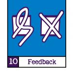 Visualisatie van NORA Basisprincipe 10: Feedback. In wit twee vierkante vakjes tegen een blauwe achtergrond, de linker met een witte krul er doorgheen en de rechter met een wit kruis er doorheen.