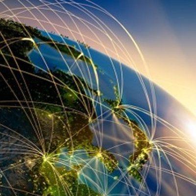 Aarde vanuit de ruimte gezien. Lijnen maken verbindingen duidelijk.