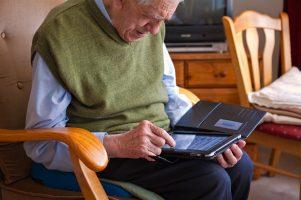 Senior heeft moeite met iPad