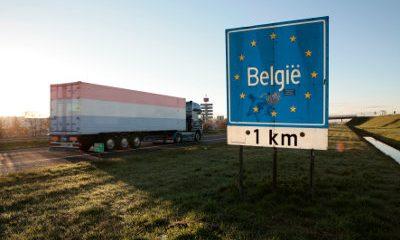 Vrachtwagen passeert grens tussen Nederland en België