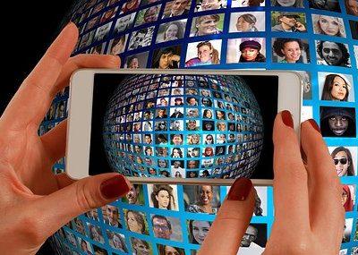 Illustratieve afbeelding: telefoontje maakt foto van wereldbol vol gezichten
