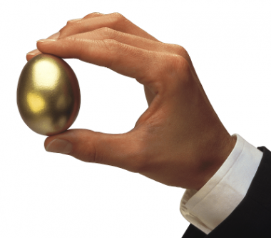 Hand houdt gouden ei vast