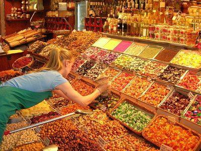 Vrouw zoekt tussen producten op markt