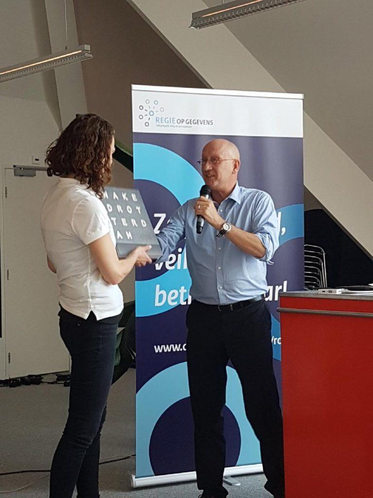 Sybren van Dam overhandigt de 'Mens Centraal-prijs' aan Team Paarse Krokodillen.