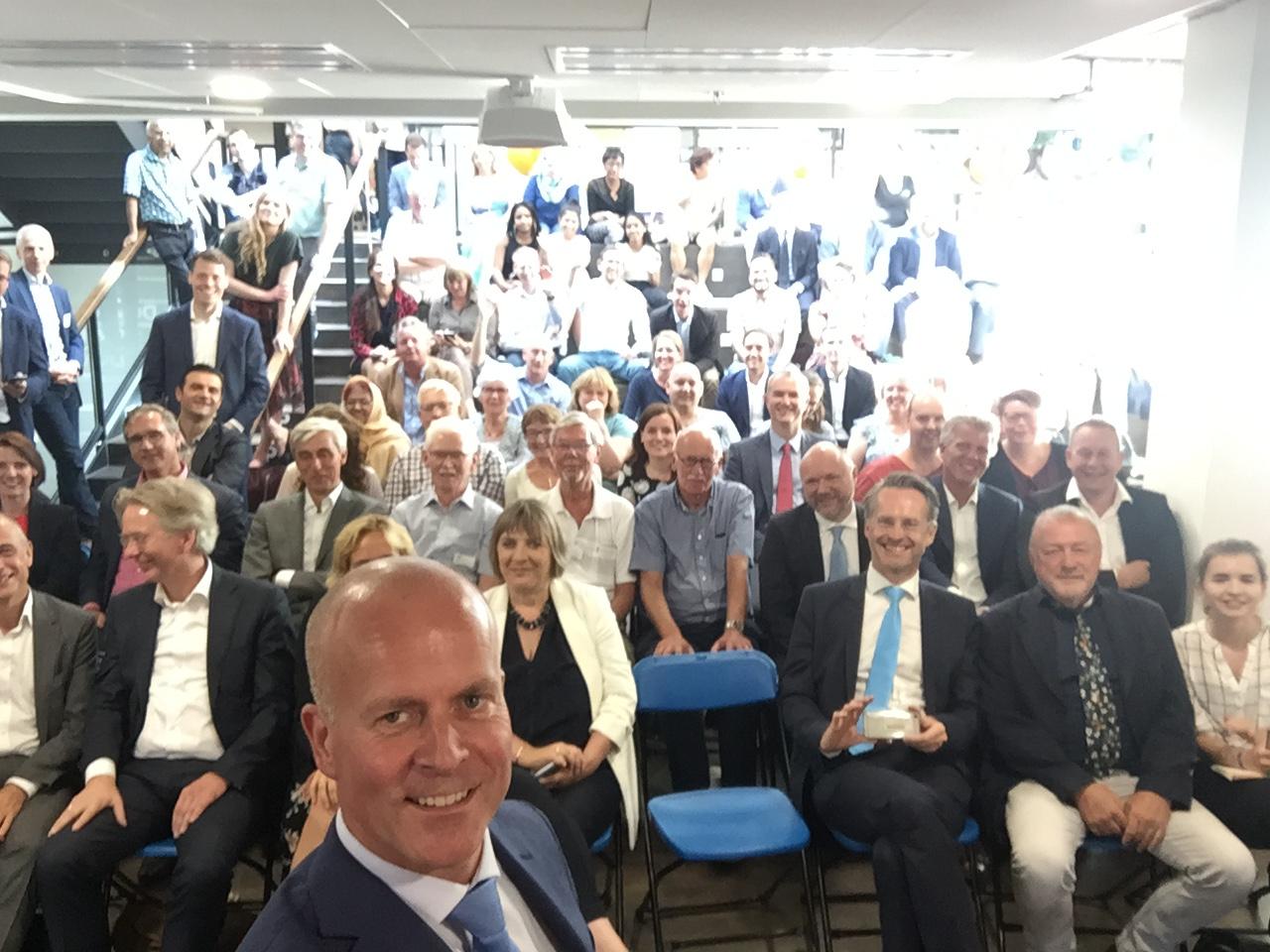 Staatssecretaris Knops maakt selfie na lancering Agenda Digitale Overheid.