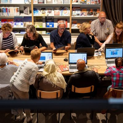 Mensen achter de computer in een bibliotheek