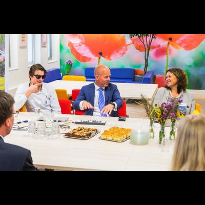 Staatssecretaris Knops met Falco van Dinteren en Jopie Nooren (Bartimeus)
