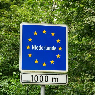 Het verkeersbord op 1 kilometer voor de grensovergang tussen Duitsland en Nederland.