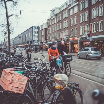 Straatbeeld mensen op fiets