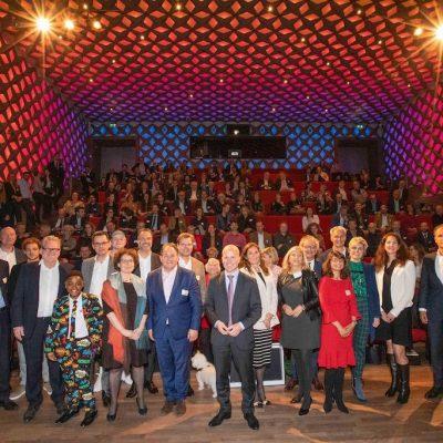 Groep mensen samen met Knops tijdens de Werkconferentie Digitaal Samenleven