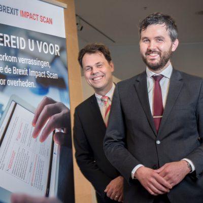 Freek van Krevel en David Schutrups naast poster brexit impact scan