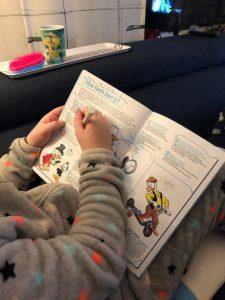 Meisje leest speciale uitgave van Donald Duck.