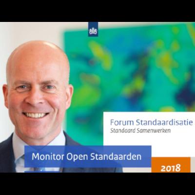 Cover van Monitor Open Standaarden 2018, met staatssecretaris Knops afgebeeld. Titel: Forum Standaardisatie - Standaard Samenwerken.