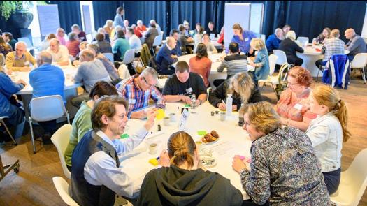 Tijdens de conferentie werd er aan verschillende tafels gediscussieerd.