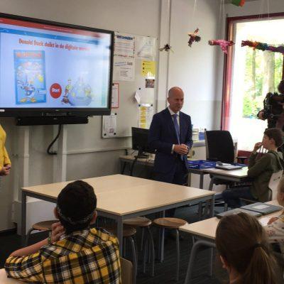 Staatssecretaris Knops geeft gastles op basisschool 't Heibosch in Veghel.