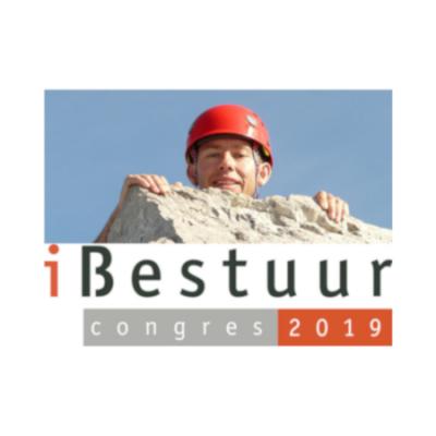 Beeldmerk iBestuur Congres 2019: Bergbeklimmer kijkt over rand van de top