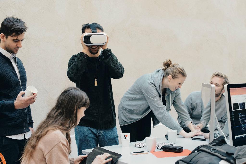 Groepje van 4 personen proberen VR-bril uit.
