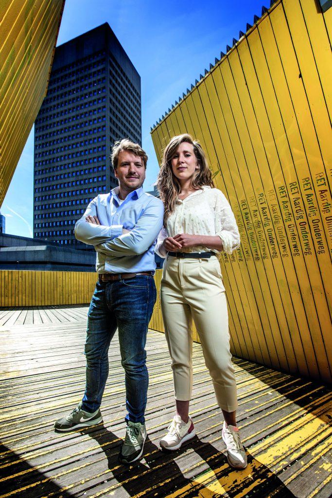 Een man en vrouw poseren buiten