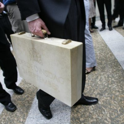 Minister van Financiën met het koffertje tijdens Prinsjesdag.