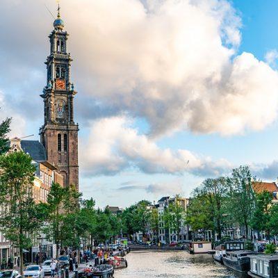 Foto van Amsterdam: de Westerkerk en daarvoor de keizersgracht.
