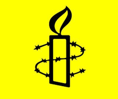 Logo van Amnesty; een kaars met prikkeldraad er omheen