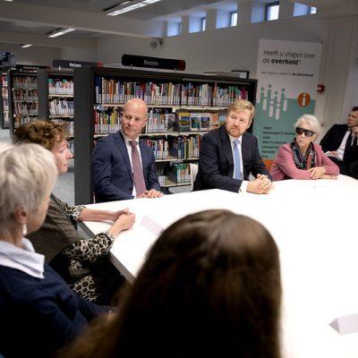 Minister Knops en Koning Willem Alexander in gesprek bij het informatiepunt Digitale Overheid in Venlo
