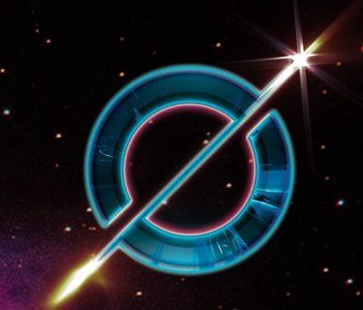 Logo van Odyssey, een O met een pijl erdoor, imet een achtergrond van de ruimte en sterren