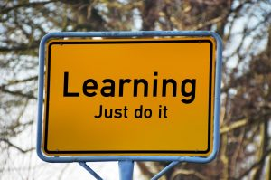 """Verkeersbord met de Engelse tekst: """"Learning, just do it"""""""