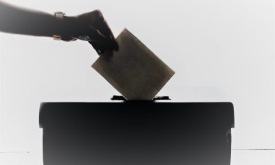 Stembiljet wordt in stembus gestopt.